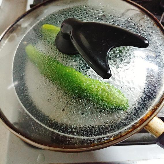 そら豆をフライパンで蒸し焼きにする