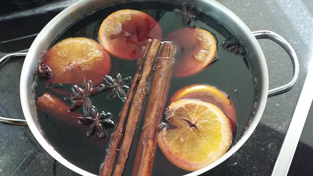 スライスオレンジ、スターアニス、シナモン師ティックで作るホット赤ワイン