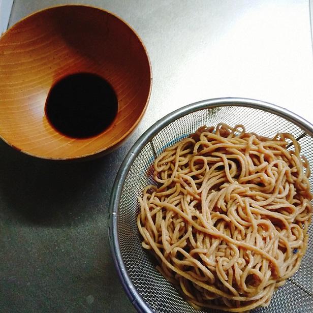 ベースフード麺を蕎麦つゆにつけて食べるところ