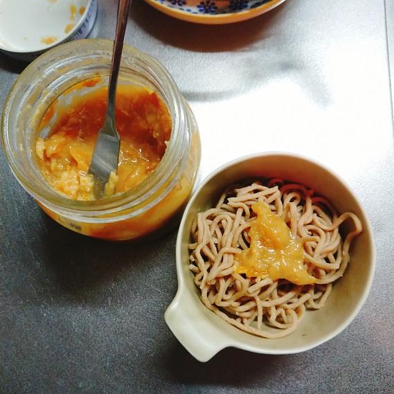ベースヌードルに柚子味噌をつけて食べるところ