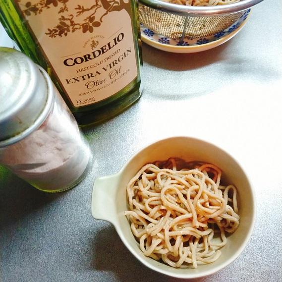 ベースヌードルにオリーブオイルと塩を振って食べるところ