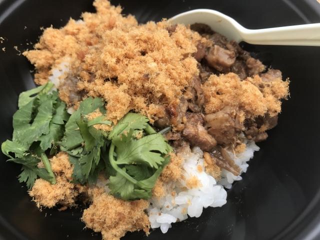 台湾料理のルーロー飯パクチー添え