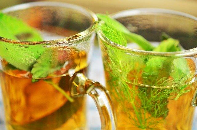 ディルとミントを入れた温かい紅茶