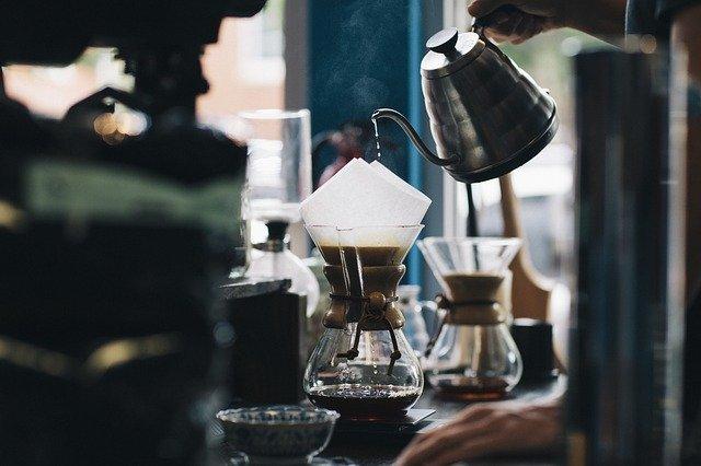 ドリップコーヒーを作っているカフェ