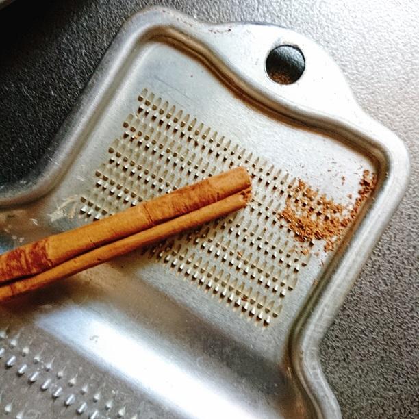 アルミのおろし金でスティックシナモンを削る