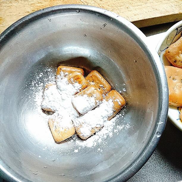 通常の乾パンに片栗粉