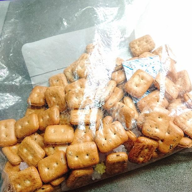 大量の乾パンをジッパー保存袋に入れた