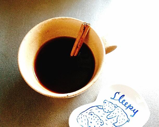 コーヒーに浸したシナモンスティック
