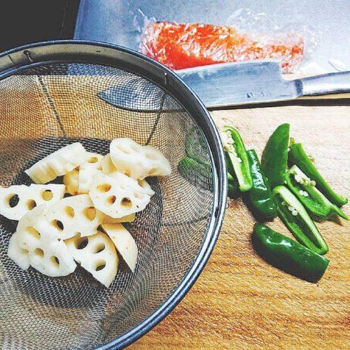 下ごしらえを終えた蓮根とピーマンと解凍した鮭の切り身