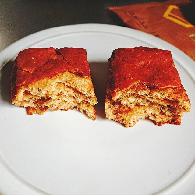ベースブレッドのシナモン味のパンを温めて半分に割ったもの